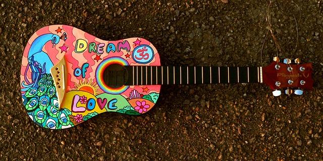 Eine selbstbemalte Gitarre verleiht dem neuen Zimmer ganz besonderes Flair.
